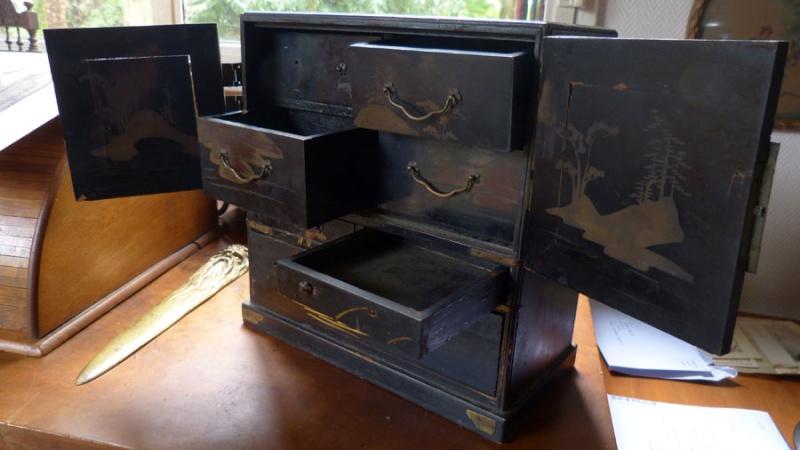 Petit meuble a bijoux japonisant laqu noir for Petit meuble noir laque