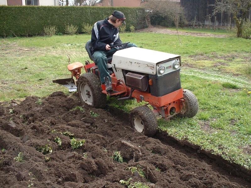 Labour avec mon tracteur 2500 - Labourer la terre ...